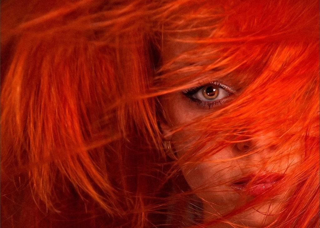 dziewczyna_oko_czerwone_wlosy