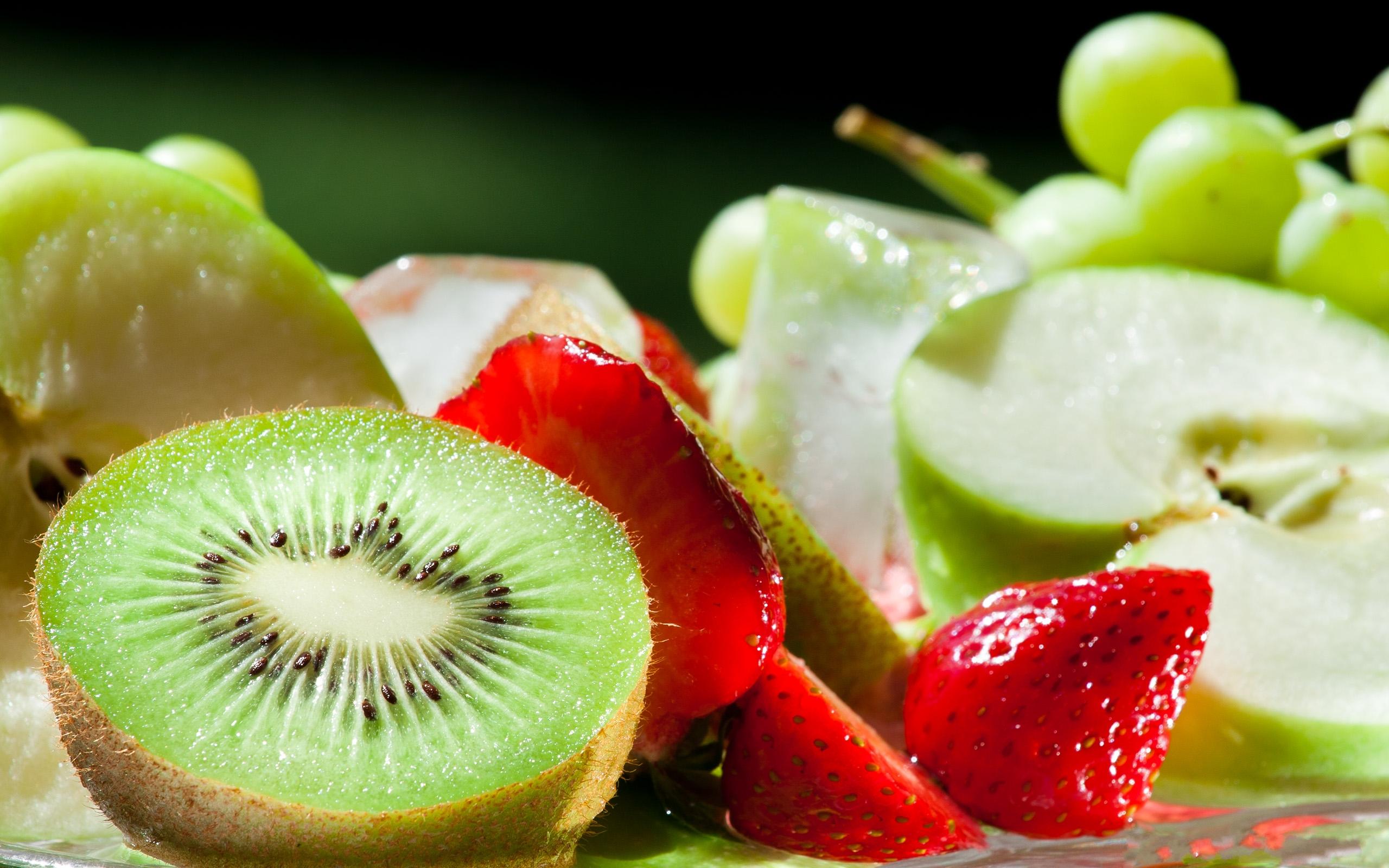 kiwi-jablka-truskawki-winogrona